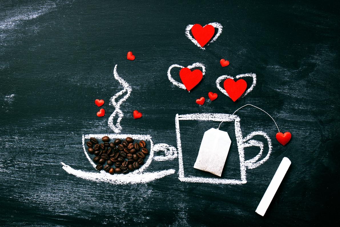 Xícara de café com amor e corações escrito em giz com louza de fundo