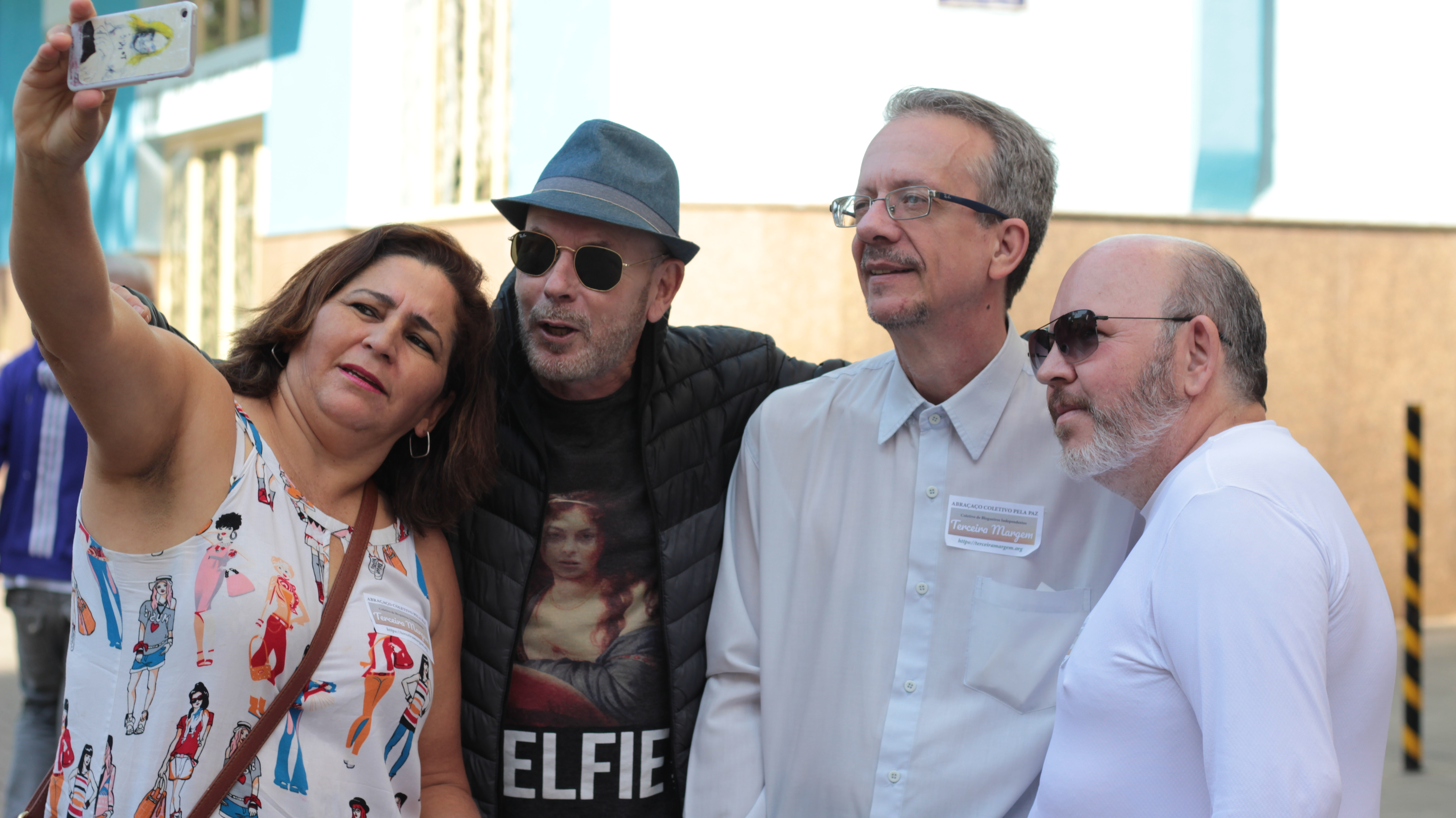 José Fineis junto à participantes.