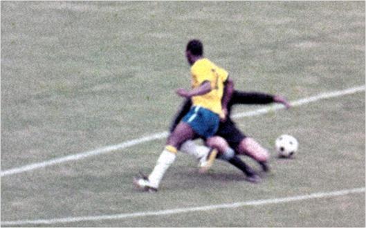Foto mostra o jogador Pelé dando um drible no goleiro do Uruguai em jogo da Copa do Mundo de 1970