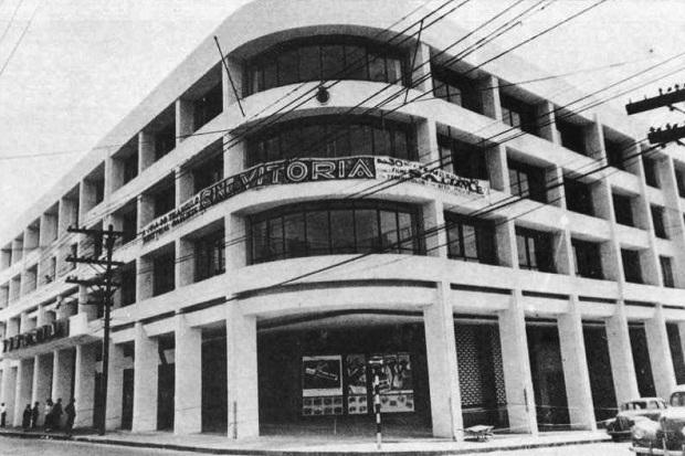 Foto em preto e branco da esquina do prédio do antigo Cine Vitória em São Caetano do Sul.