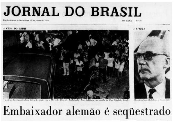 Capa em branco e preto do Jornal do Brasil noticiando o sequestro do embaixador alemão. Na imagem, à esquerda população próxima ao carro do embaixador, à direita foto do embaixador de óculos.