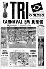 Capa do jornal o Globo, com manchete noticiando o Tri: Carnaval em Junho. Taça Jules Rimet no lado esquerdo e bandeira no Brasil acima à direita.